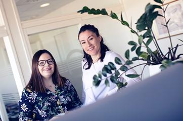 Tre smilende kvinner som jobber i Jobbnorge