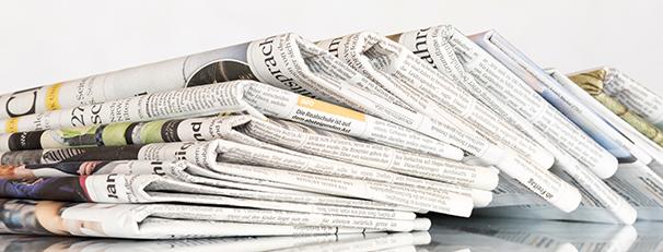 Bunke med aviser som inneholder avisannonser
