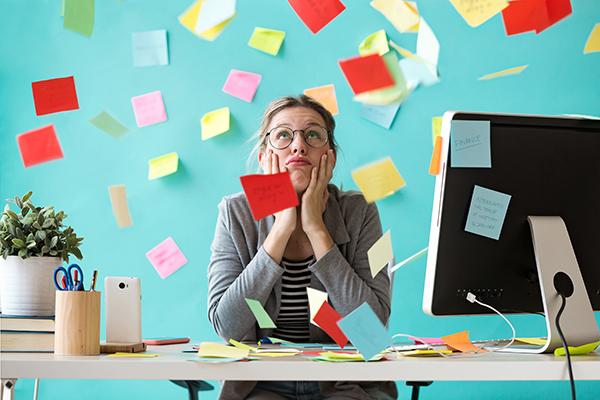 Fortvilet rekrutterer som har mange ark og rot på pulten.
