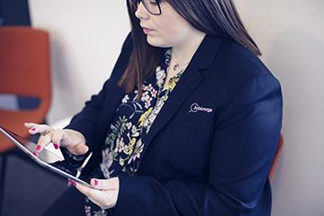 Kvinne som leser blogg på ipad