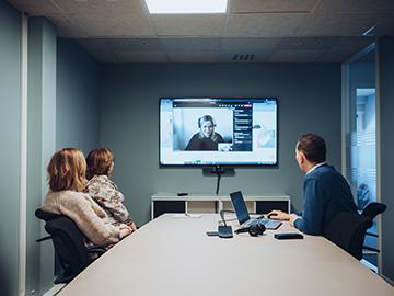 To kvinner som ser på en skjerm sammen, den ene peker på skjermen.